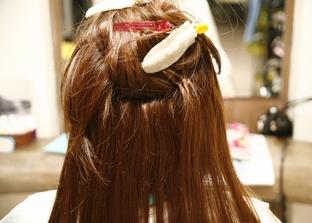 骨格や毛流にあわせてダブルヘアーを装着する位置に自毛のスライスを取ります